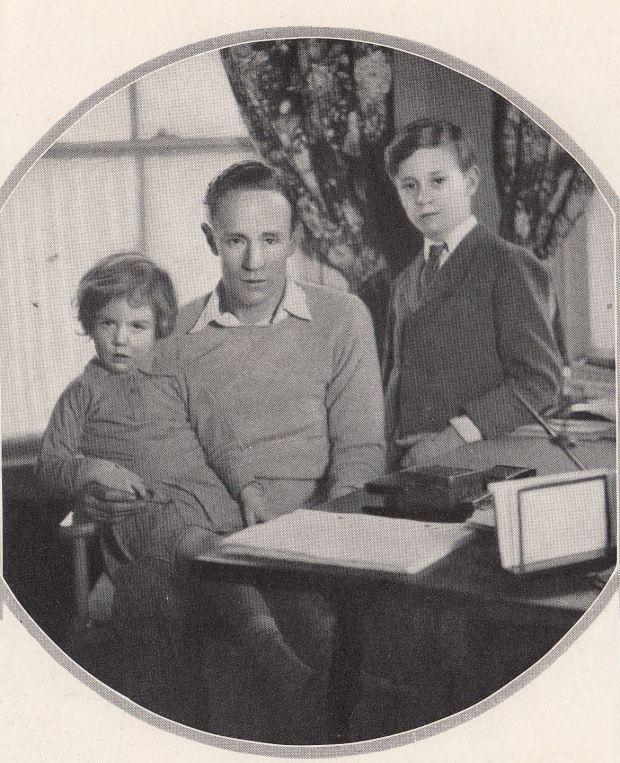 Leslie Howard and his children, 1928