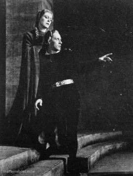 Leslie Howard and Mary Servoss in Hamlet