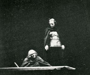 Leslie Howard in Hamlet